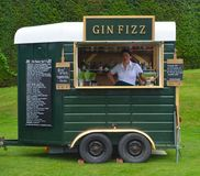 Barra móvel do cocktail de Gin Fizz feita de uma caixa de cavalo velha foto de stock