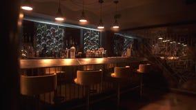 Barra moderna del inconformista con diseño y la gran variedad actualizados de bebidas alcohólicas listas para recibir a visitante almacen de metraje de vídeo