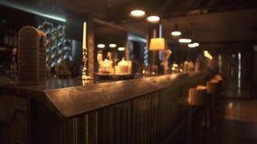 Barra moderna del inconformista con diseño y la gran variedad actualizados de bebidas alcohólicas listas para recibir a visitante almacen de video