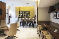 Barra moderna en restaurante imagen de archivo