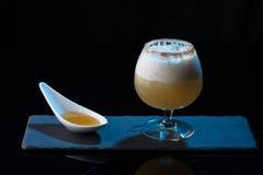 Barra molecular do álcool dos cocktail coloridos imagens de stock royalty free
