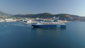 Barra, Montenegro - 6 de setembro de 2018: O navio de cruzeiros do horizonte de Pullmantur sae do porto filme