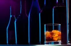 Barra na noite e na bebida atrasada Fotografia de Stock Royalty Free