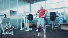 Barra olímpica del peso pesado de la elevación del atleta metrajes