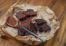 Barra oscura del chokolate con el arándano Fotos de archivo libres de regalías