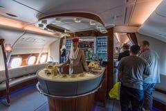 A barra para os passageiros o primeiro e a classe executiva dos aviões os maiores Airbus A380 do mundo Fotos de Stock
