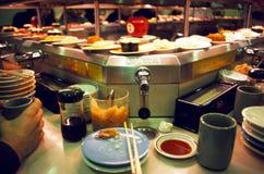 Barra rotatoria del sushi en Tokio Imágenes de archivo libres de regalías