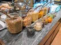 Barra sana el incluir y del atasco del desayuno de los cereales en el hotel imagen de archivo