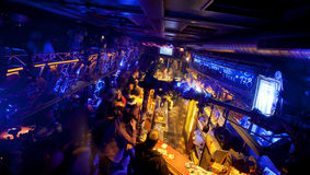 Barra scura nel night-club sotterraneo Fotografie Stock