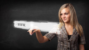 Barra tocante do endereço do web browser da mulher de negócios nova com si de WWW Imagem de Stock