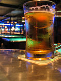 Barra y cerveza de la piscina Imagenes de archivo