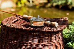 Barra y cesta de pesca del bastón partido Fotografía de archivo libre de regalías