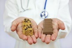 Barra y chocolate de Granola del doctor Offering fotografía de archivo