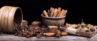 Barra y especias de chocolate en la tabla de madera Imágenes de archivo libres de regalías