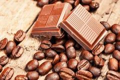 Barra y especias quebradas de chocolate Imagen de archivo