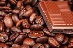 Barra y especias quebradas de chocolate Foto de archivo