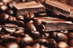 Barra y especias quebradas de chocolate Fotos de archivo libres de regalías