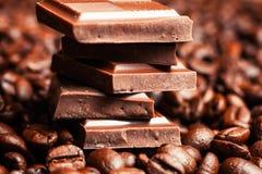 Barra y especias quebradas de chocolate Fotografía de archivo