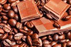 Barra y especias quebradas de chocolate Foto de archivo libre de regalías