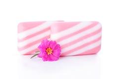 Barra y flor de dos jabones Fotografía de archivo libre de regalías