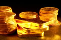 Barra y monedas de oro Fotografía de archivo libre de regalías