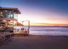 Barra y restaurante en la playa en la puesta del sol - Vina del Mar, Chile de Acapulco foto de archivo