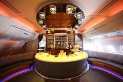 Barra y salón del cóctel de Airbus A380 de los emiratos en vuelo Fotos de archivo