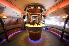 Barra y salón del cóctel de Airbus A380 de los emiratos en vuelo Imagen de archivo libre de regalías