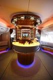 Barra y salón del cóctel de Airbus A380 de los emiratos en vuelo Imagen de archivo