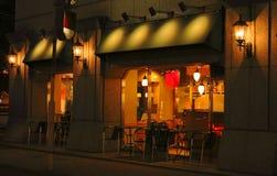 Barra y terraza de café de la noche imagen de archivo