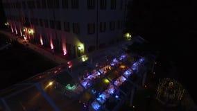 A barraca é iluminada por lâmpadas e por lanternas vídeos de arquivo