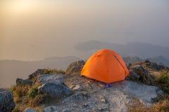 Barraca alaranjada que acampa perto do penhasco isolado no pico do lantau, Hong Kon fotos de stock