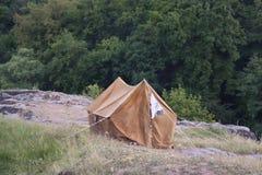 A barraca alaranjada velha em uma rocha Fotografia de Stock Royalty Free