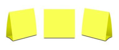 Barraca amarela vazia da tabela no branco Cartões verticais de papel isolados Fotos de Stock Royalty Free