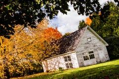 Barraca branca abandonada durante Autumn Season Foto de Stock Royalty Free