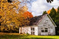 Barraca branca abandonada durante Autumn Season Imagem de Stock