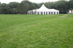 Barraca branca do partido no gramado Fotografia de Stock