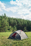 Barraca cinzenta do turista na floresta do verão Imagens de Stock Royalty Free