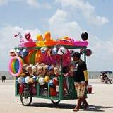 Barraca colorida e do divertimento de brinquedos da praia imagens de stock