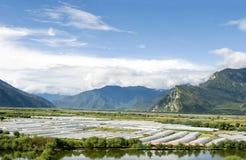 Barraca da exploração agrícola na área de montanha Fotos de Stock