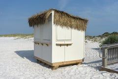 Barraca da grama do suporte de concessões na praia Fotografia de Stock