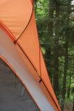 Barraca de acampamento de encontro às madeiras fotografia de stock