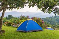 Barraca de acampamento no acampamento no parque nacional Imagens de Stock Royalty Free