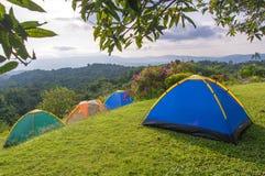 Barraca de acampamento no acampamento no parque nacional com nascer do sol Imagem de Stock Royalty Free