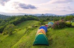 Barraca de acampamento no acampamento no parque nacional com nascer do sol Imagem de Stock