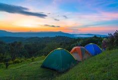 Barraca de acampamento no acampamento no parque nacional com nascer do sol Foto de Stock