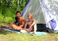 Barraca de acampamento próxima dos meninos felizes Imagem de Stock Royalty Free