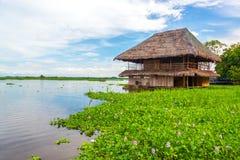 Barraca de flutuação no Rio Amazonas imagens de stock
