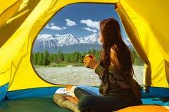 Barraca de montanhas do copo da jovem mulher Fotografia de Stock Royalty Free