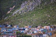 A barraca dirige no distrito abaixo da montanha maciça em Kleinmond, cabo ocidental, África do Sul imagem de stock